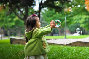 Bild Kind mit Seifenblasen