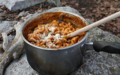 Hörnli-Eintopf auf dem Feuer gekocht